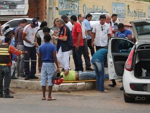 Casal que vinha na motocicleta recebe atendimento do Samu após acidente em Petrolina (Foto: Juliane Peixinho/ G1)