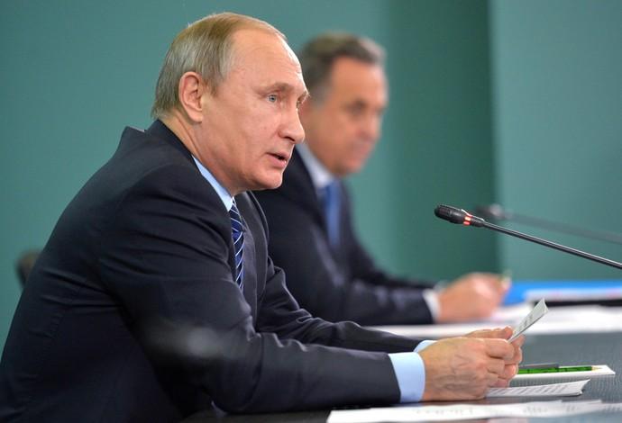 Vladimir Putin e Vitaly Mutko falam sobre o caso de doping (Foto: AP)