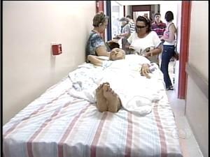 Dona Julia, de 97 anos, foi levada ao hospital publico de palmas em carroceria de uma caminhonete (Foto: Reprodução/TV Anhanguera TO)