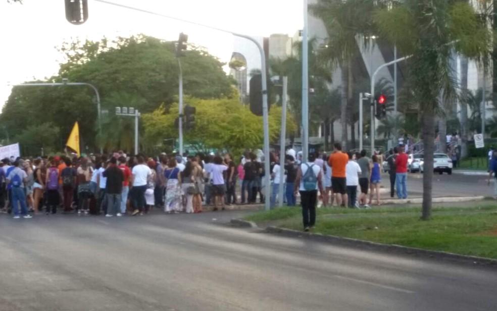 Estudantes ocupam W3 Sul em frente ao Hospital de Base, em ato contra a alta nas passagens de ônibus e metrô (Foto: Polícia Militar do DF/Divulgação)