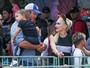 Gwen Stefani se diverte em parque com Blake Shelton e os filhos