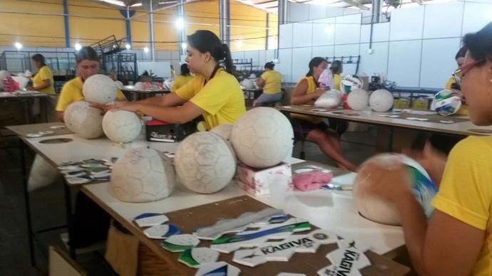 8bd8ed2dacb38 Linha de produção das bolas Kagiva em Vicentina