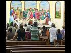 Moradores rezam missa após um mês de acidente que deixou 13 mortos