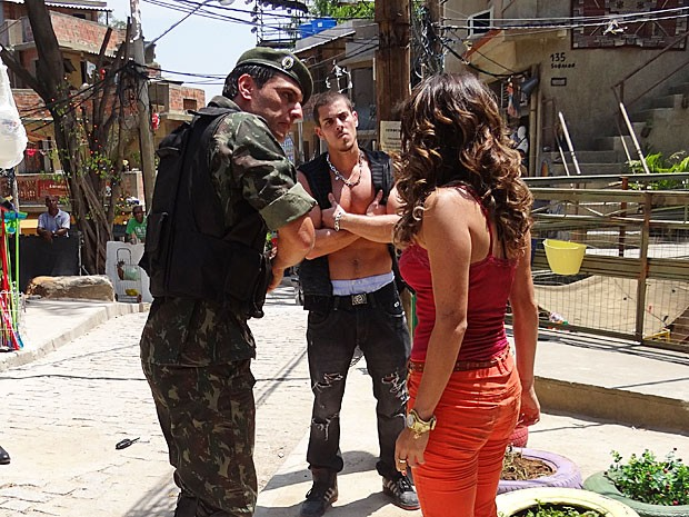 Théo separa Morena e Beto (Foto: Salve Jorge/TV Globo)