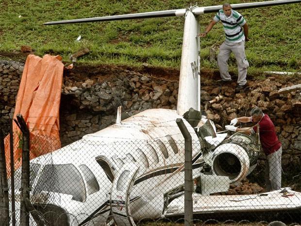 Técnicos avaliavam como retirar avião que derrapou na pista de Congonhas (Foto: Rodrigo Coca/Fotoarena/Estadão Conteúdo)