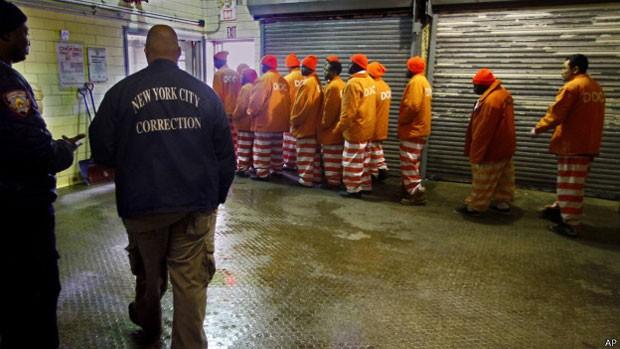 Títulos foram emitidos em 2012 para financiar projetos de reinserção de ex-detentos de Rikers Island (EUA) (Foto: AP)