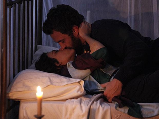 Rodrigo e Miriam se entregam ao desejo e têm uma noite de amor (Foto: Amor Eterno Amor/TV Globo)