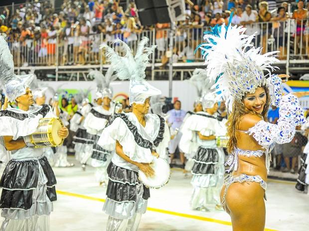 Destaque de chão da Andaraí mostra samba no pé no Sambão do Povo, em Vitória. (Foto: Weliton Aiolfi/ G1)