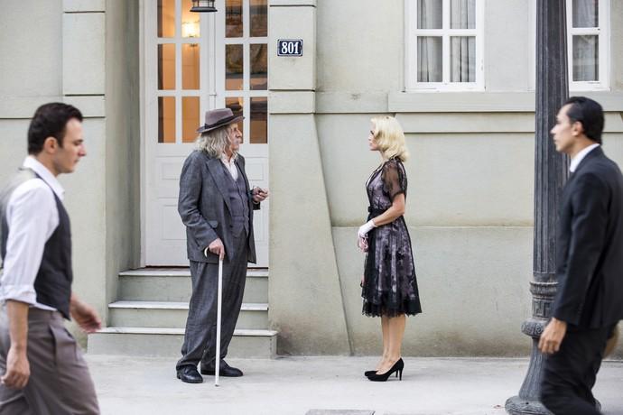 Pancrácio e Sandra conversam na porta do ateliê (Foto: Ellen Soares / Gshow)