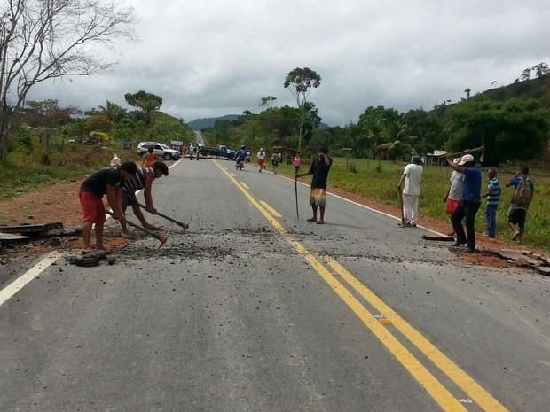 índios cobram instalação de redutor de velocidade no trecho onde morreu uma menina de 8 anos na segunda (20) (Foto: Divulgação)