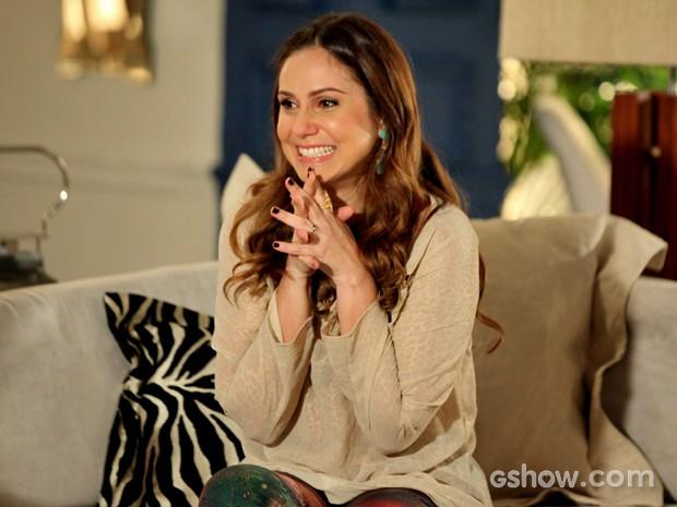 Rafaela conta a novidade para a amiga (Foto: Camila Camacho/ TV Globo)