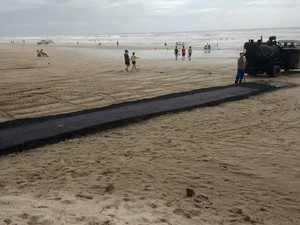 Asfalto na praia em capão da canoa (Foto: 1º Batalhão Ambiental da Brigada Militar/Divulgação)