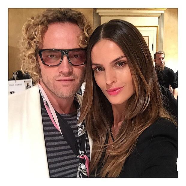 Izabel Goulart e Peter Dundas no backstage do desfile da grife Emilio Pucci, em Milão (Foto: Reprodução/Instagram)