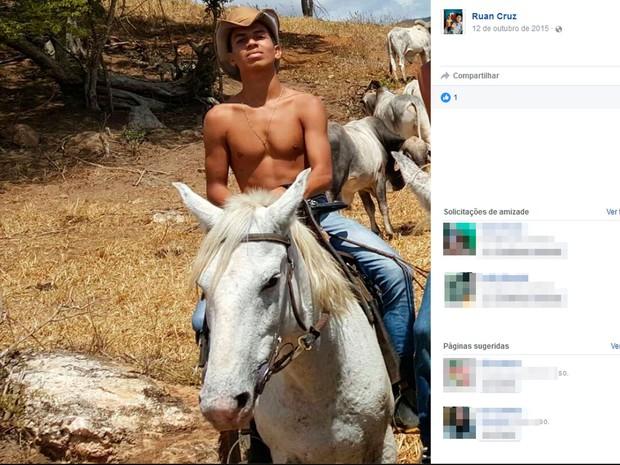 Jovem morreu após colidir com moto em outdoor no sul da Bahia (Foto: Reprodução/Facebook)
