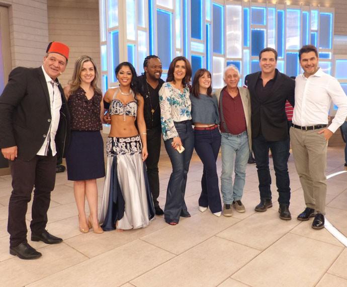 A apresentadora com os músicos do cantor Xande de Pilares (Foto: Viviane Figueiredo Neto/Gshow)
