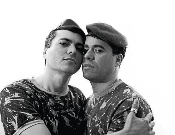 Laci e Fernando posam para o ensaio fotográfico de ÉPOCA.Os dois declararam sua relação afetiva dentro do exercito (Foto:  Ricardo B. Labastier/ÉPOCA)