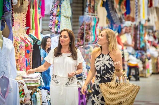 Heloisa Perissé e Angélica durante uma visita ao Mercado Central de Fortaleza. Elas gravaram o 'Estrelas' (Foto: Globo/ João Cotta)