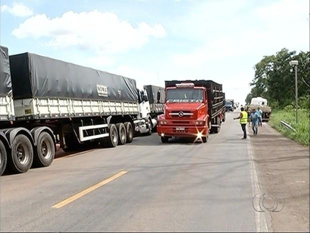 Trecho da BR-153 foi totalmente liberado depois de três horas  (Foto: Roberto Naves/ TV Anhanguera)