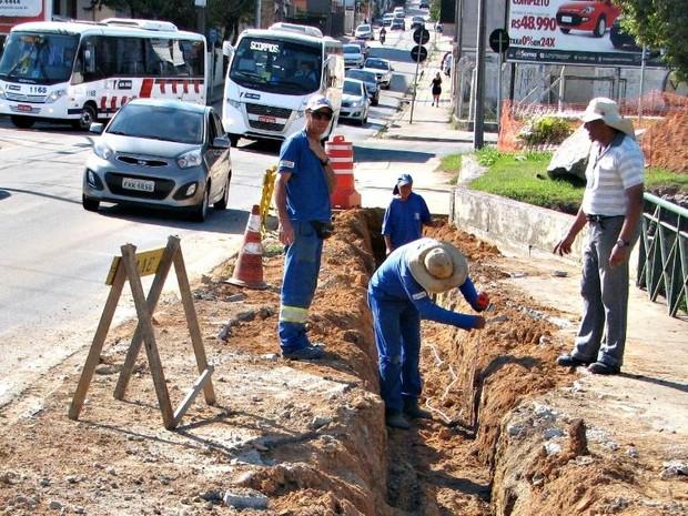 Obras são realizadas em adutora na Vila Jardini, em Sorocaba (Foto: Saae Sorocaba/Divulgação)