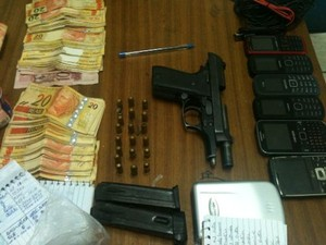 Com o suspeito a polícia encontrou drogas, uma arma e R$ 6 mil (Foto: Divulgação/PM)