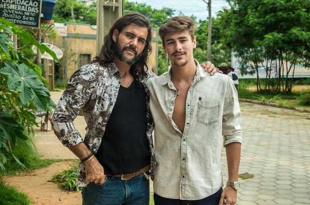 Juliano Cazarré e Bruno Montaleone nos bastidores de 'O outro lado do paraíso' (Foto: Raquel Cunha/Globo)