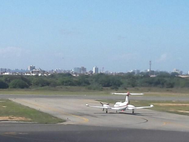 Avião carregando o corpo do ator Domingos Montagner deixa Aracaju (Foto: Maristela Lins/TV Sergipe)