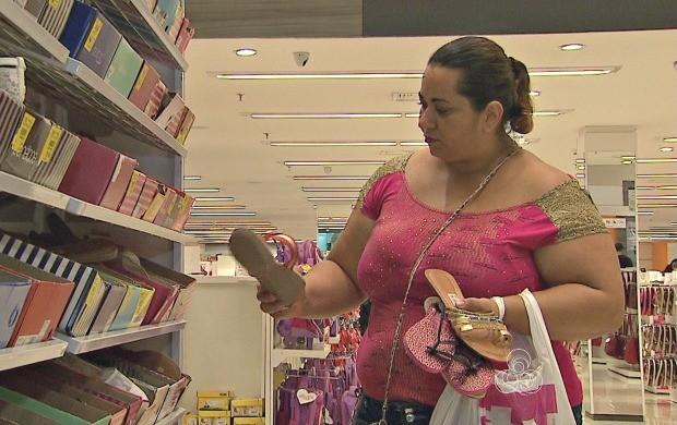 Consumidores aproveitam promoções nas lojas de Rio Branco (Foto: Acre TV)