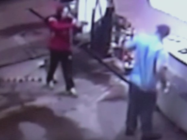 Assaltante rende frentista durante roubo a posto de gasolina em Jales (Foto: Divulgação/ Arquivo Pessoal)