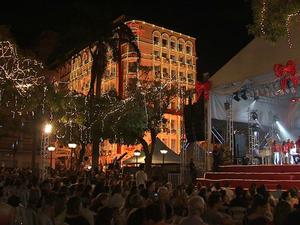 Praça do Ferreira, no Centro de Fortaleza, é iluminada por milhões de microlâmpadas (Foto: TV Verdes Mares/Reprodução)