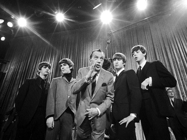 Foto de 8 de fevereiro de 1964 mostra o apresentador Ed Sullivan (ao centro) ao lado dos Beatles durante ensaio para a primeira apresentação da banda britânica na TV dos EUA (Foto: AP)