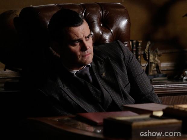 Sem saber o que fazer, Manfred chora (Foto: Fábio Rocha/TV Globo)