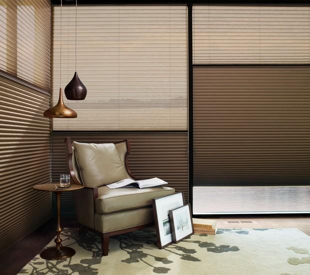 As diferentes texturas da cortina Duette® oferecem vários níveis de filtragem de luz (Foto: Divulgação)