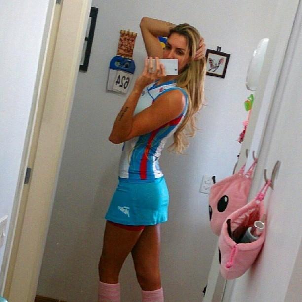 Thaisa posa com o novo uniforme do Osasco (Foto: Reprodução Redes Sociais)