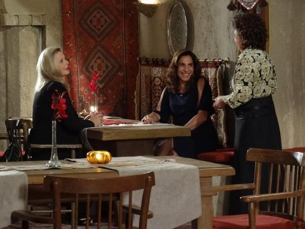 Cyla recebe Irina e Wanda em seu restaurante (Foto: Salve Jorge/TV Globo)