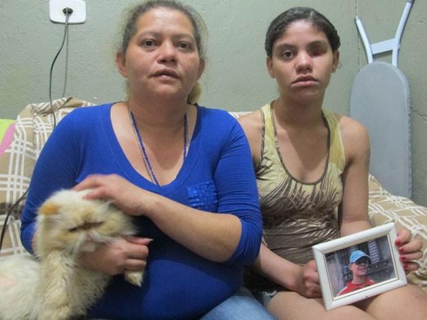 Mãe e filha mostram foto de jovem morto pela PM no ano passado (Foto: Paulo Toledo Piza/G1)
