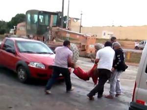 Detento sendo carregado em Pedrinhas, MA. (Foto: Reprodução/TV Mirante)
