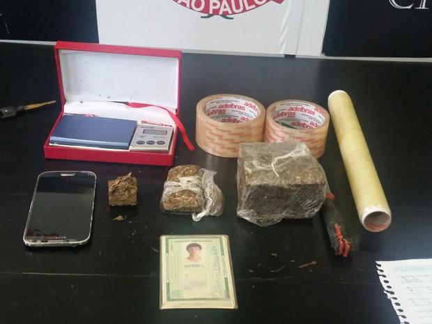 Material foi apreendido na casa de suspeito de tráfico em São Vicente (Foto: G1)