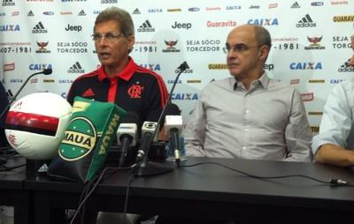 Oswaldo concede coletiva ao lado do Eduardo Bandeira de Mello (Foto: Chandy Teixeira/GloboEsporte.com)
