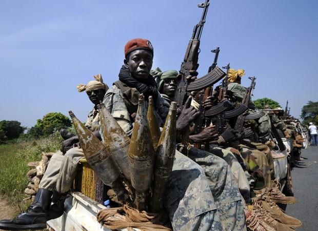 Soldados são transportados na cidade de Damara. O comandante da força africana regional Fomac alertou os rebeldes que uma ofensiva contra Damara significaria uma 'declaração de guerra' (Foto: Sia Kambou/AFP)