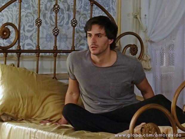 Thales leva um susto ao ver Nicole no quarto (Foto: Amor à Vida/TV Globo)