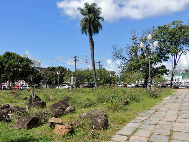 Em frente ao Clube Internacional, Praça Euclides da Cunha vive vazia. População reclama que plantas estão secas e passeios, deteriorados  (Foto: Marina Barbosa / G1)