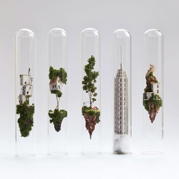 Artista cria pequenos mundos em tubos de ensaio