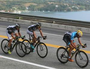 Portugueses e colombianos abrem fuga a 25km do fim e protegem suas estrelas para o sprint final em Anfra dos Reis, apoós 168km - 1ª etapa do Tour do Rio (Foto: Divulgação)