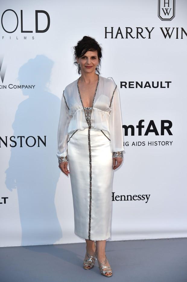 Juliette Binoche no baile de gala da amfAR, em Cannes, na França (Foto: AFP)