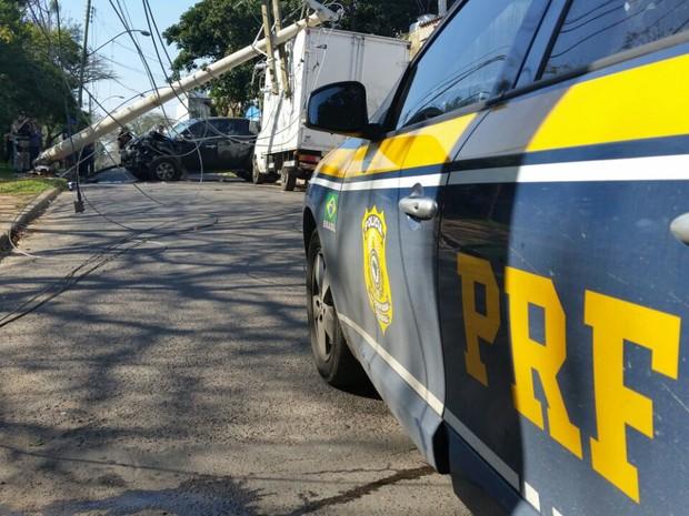 Homem foi preso após roubar e bater camionete em Porto Alegre (RS) (Foto: PRF/Divulgação)