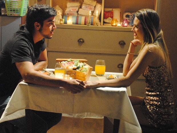 Fatinha faz a maior produção para o encontro com Bruno no cafofo (Foto: Malhação / Tv Globo)