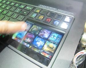 Tela sensível ao toque serve de mouse touchpad e também de atalho para jogos e aplicativos (Foto: Gustavo Petró/G1)