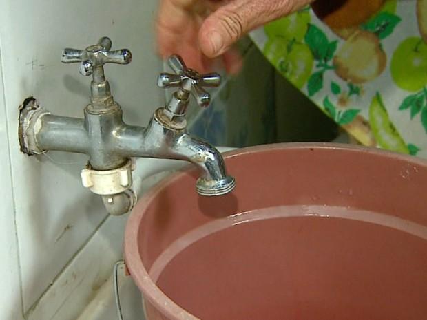 Falta de água é um problema constante em bairros de São Carlos (Foto: Reprodução/EPTV)