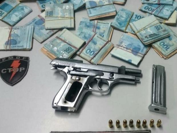 Arma e dinheiro apreendidos com suspeito de ameaçar policial no Grande Colorado, no DF (Foto: Polícia Militar/Divulgação)