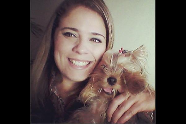 Renata Loures e sua cachorrinha Shopie (Foto: Arquivo Pessoal)